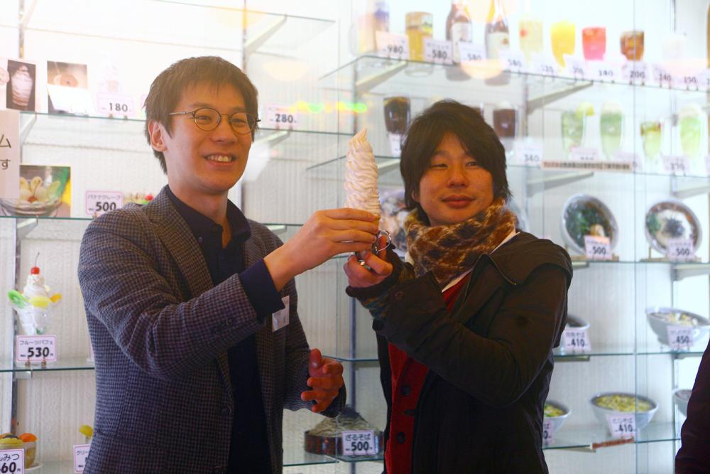ソフトクリームのサンプルと小友さん