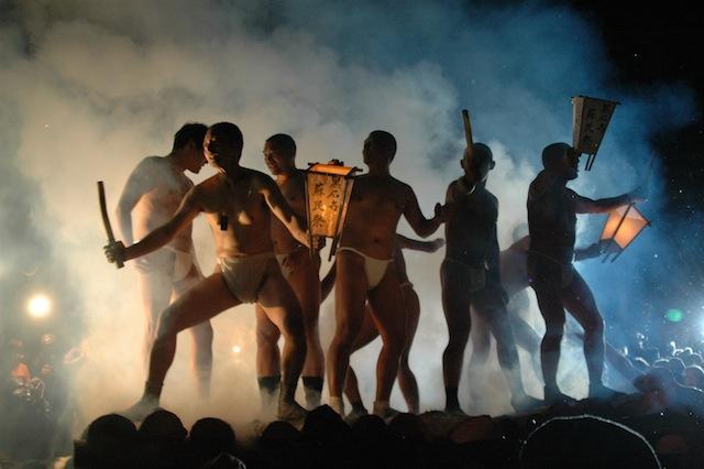 黒石寺蘇民祭の様子