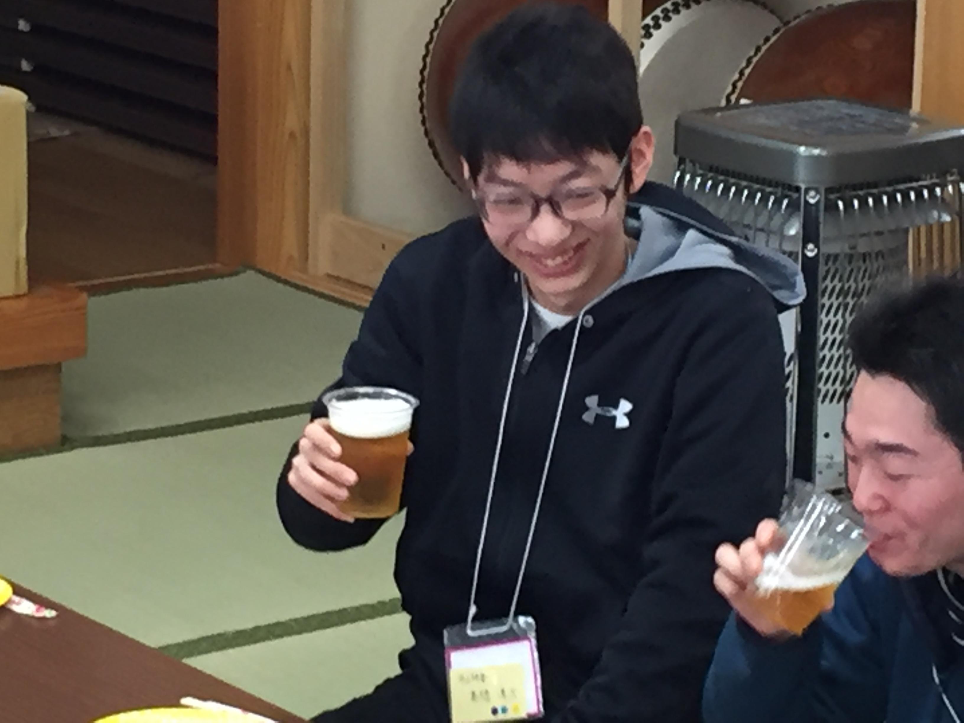 ビールを飲む高橋滉太さん