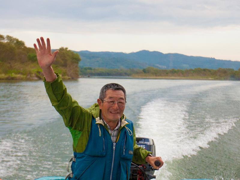 北上川でボートに乗る白畑さん